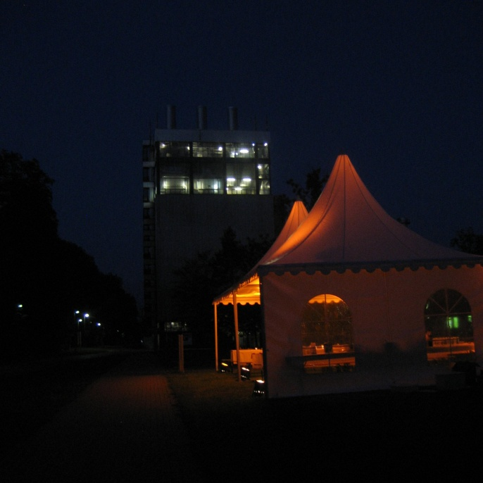 Abendveranstaltung beim IFK mit HKW im Hintergrund