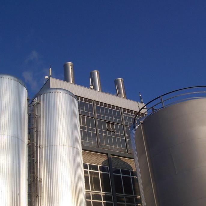 Schornsteine HKW, links davor zwei der acht Wärmespeicher und rechts einer der fünf Heizöl-Tanks