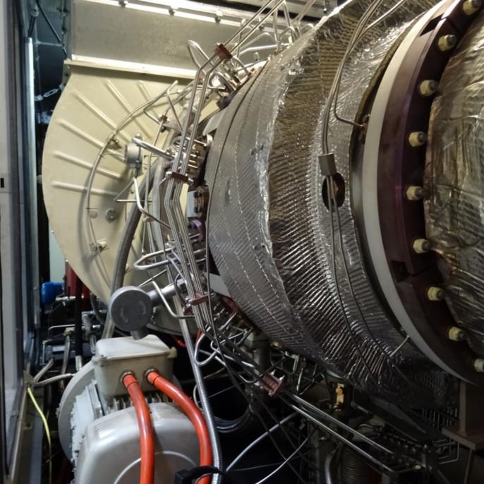 Blick entgegen der Strömungsrichtung auf Ansaugluft-Einlasskanal, links unten Startermotor (200 kW)