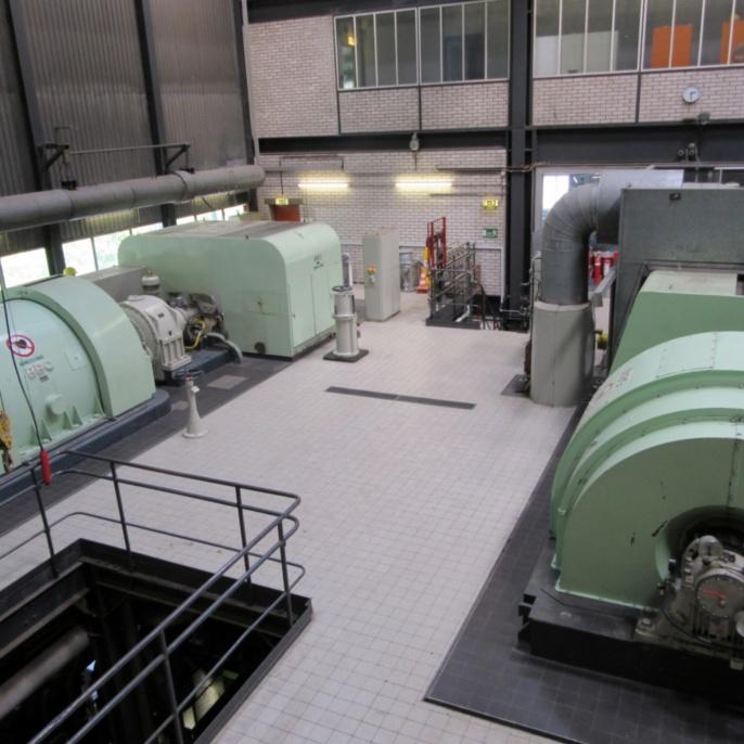 links: Generator, Getriebe und Dampfturbine Block 60 (Nennleistung, 12,4 MW bzw. 16.850 PS)