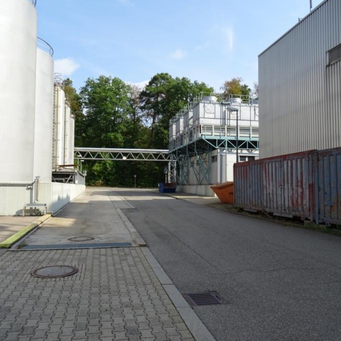 Ansicht Betriebsgelände HKW mit Hochdruck-Dampfleitung für ITSM im Hintergrund